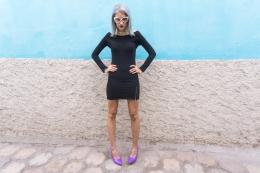 Vestido negro y stilletos lilas delilac (4)