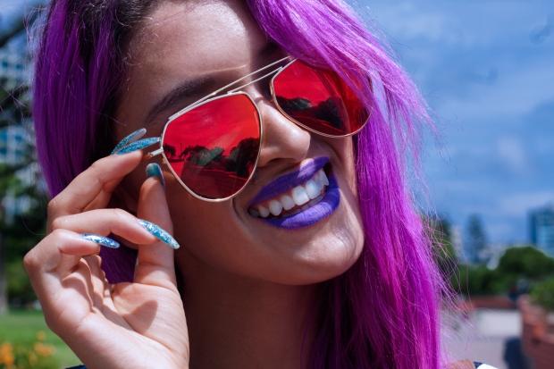 lentes-de-sol-rojos-cabello-fucsia-delilac-2