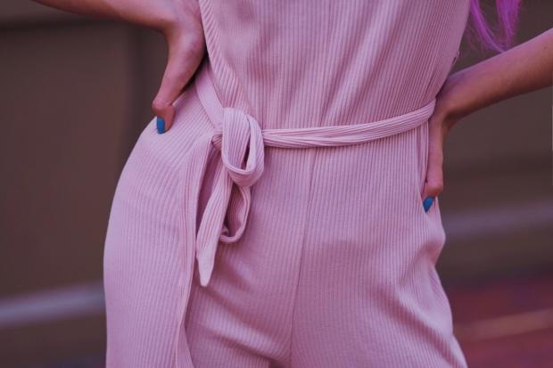 enterizo-rosado-pastel-gamiss-com-delilac-look-de-verano-oficina-y-coctel-7