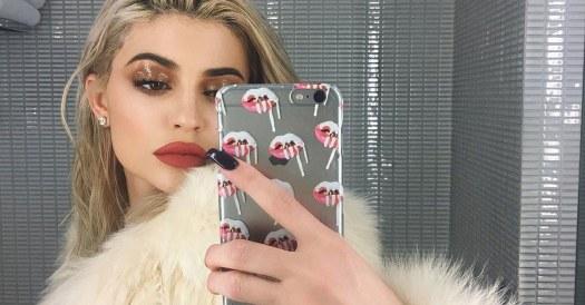 Kylie-glossy lids makeup trend.jpg