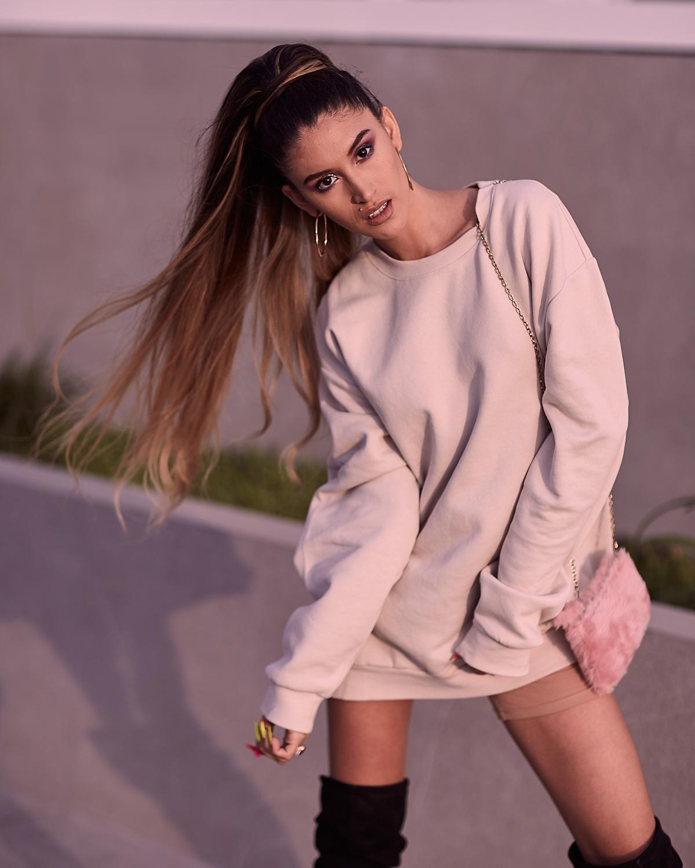 Ariana Grande look delilac overize hoodies (11)
