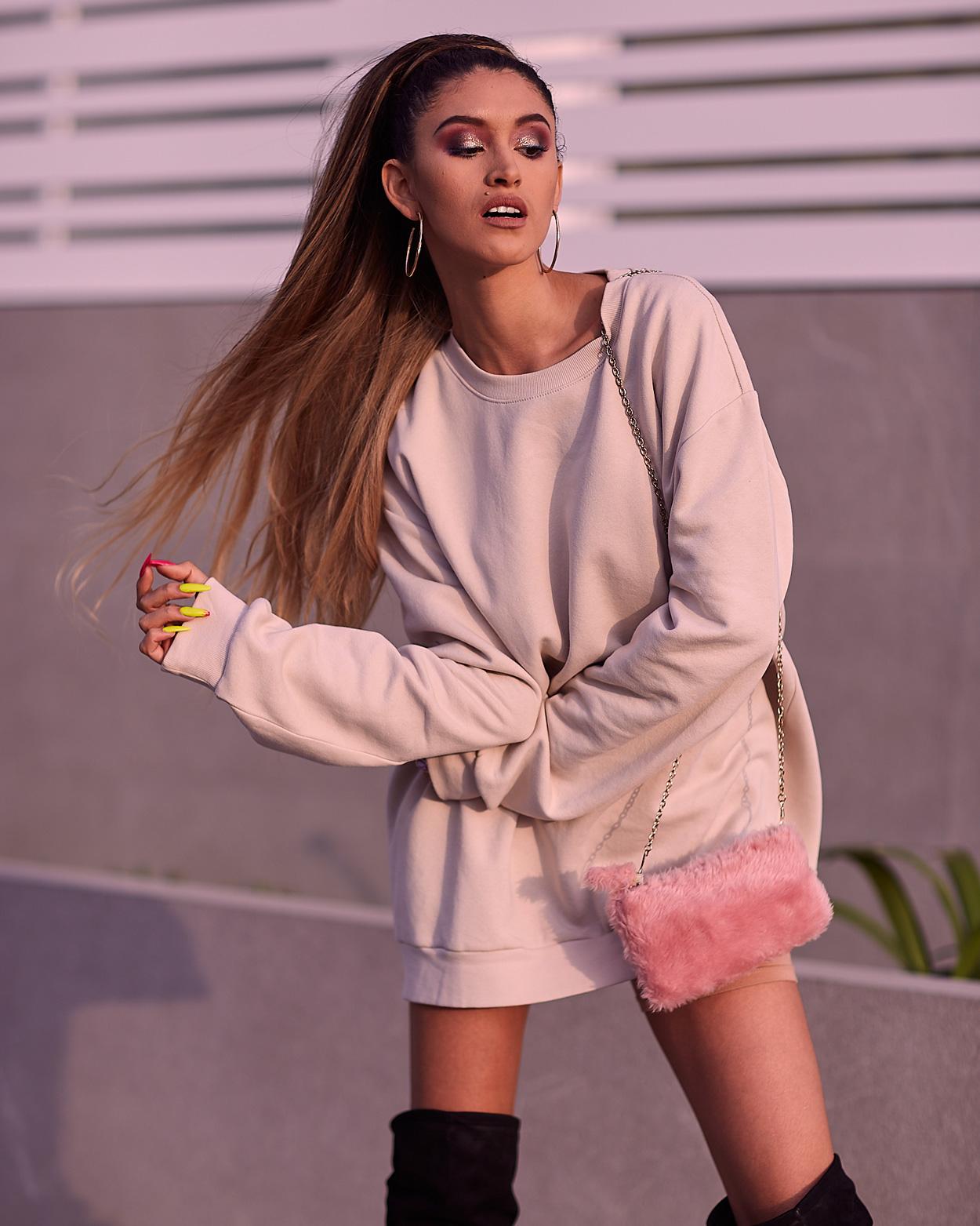 Ariana Grande look delilac overize hoodies (2)
