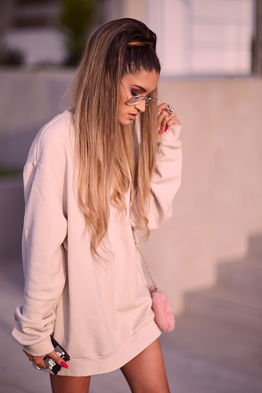 Ariana Grande look delilac overize hoodies (5)
