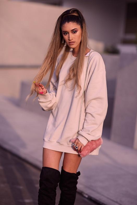 Ariana Grande look delilac overize hoodies (7)